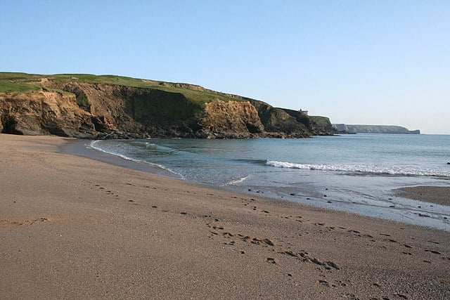 Gunwalloe: Church Cove © Martin Bodman